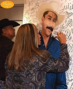 Fans write messages during a memorial service for Emilio Navaria on Sunday at Freeman Coliseum in San Antonio. (David Munoz / Munoz Snapshots)